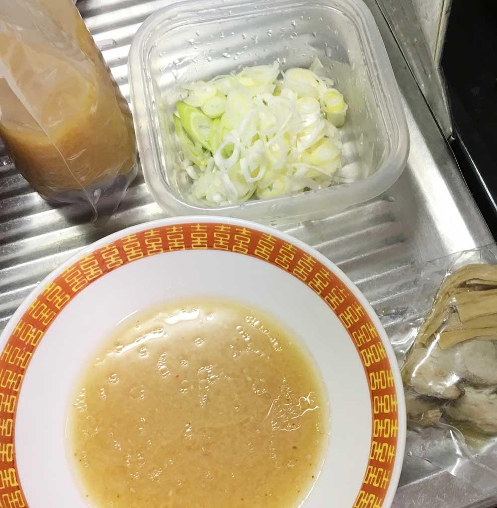 宅麺.comの琴平荘のスープの湯煎とねぎ