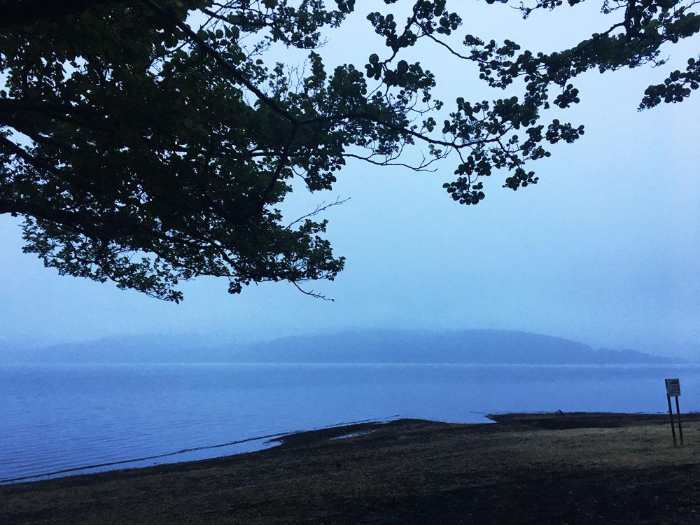山中湖の雨の日の朝(釣り)