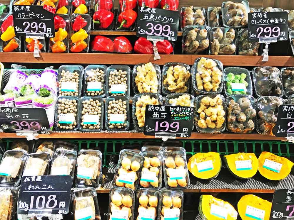 スーパーの生鮮コーナーに並ぶ野菜