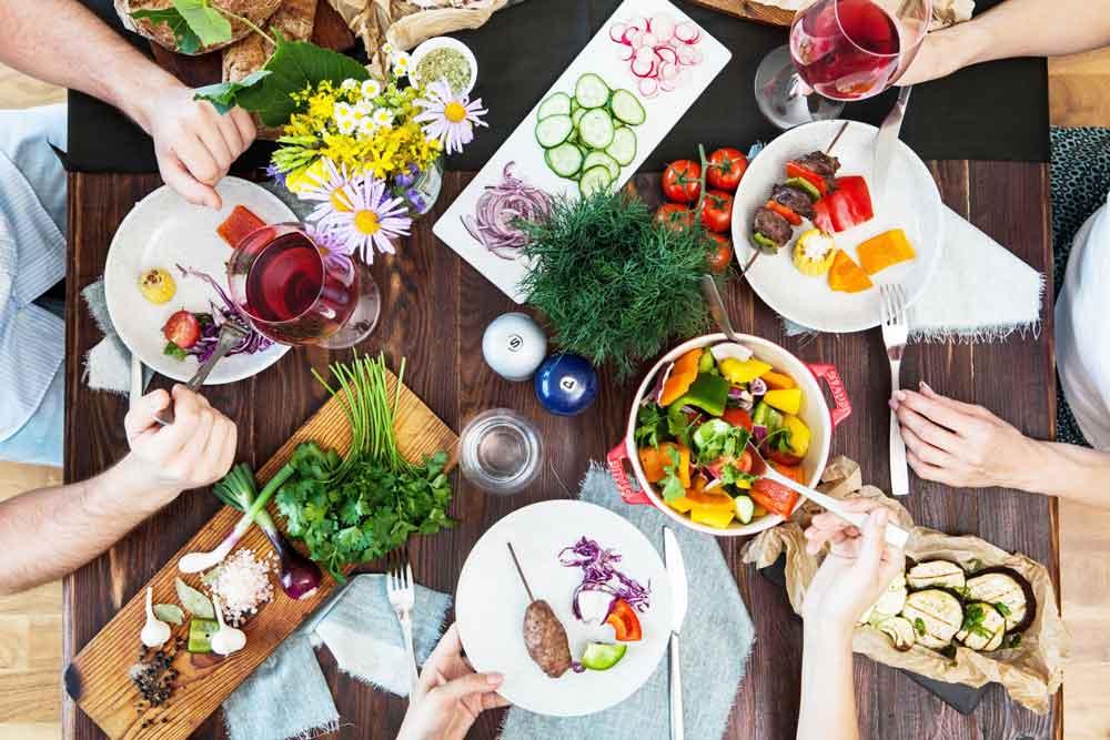 外食時に積極的に野菜を食べる